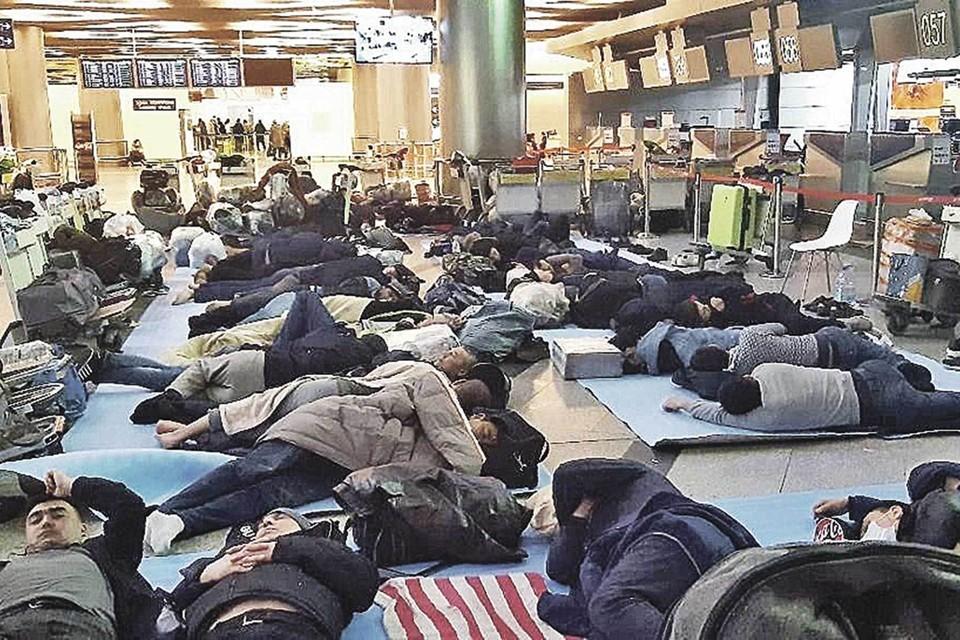 В разгар пандемии десятки тысяч гастарбайтеров пытались вернуться на родину, но границы были закрыты. В надежде на счастливый рейс многие из них неделями ночевали в аэропортах.