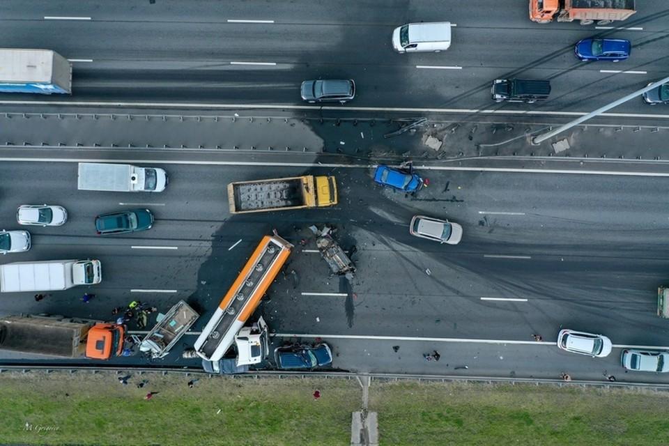 Жесткая авария на КАД с участием семи машин и бензовоза произошла 24 августа