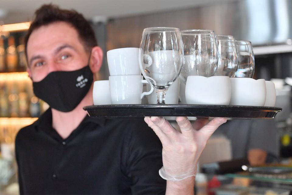Работа официанта в эпоху коронавируса.