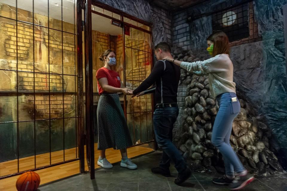 Новые правила посещения квестов: актеры сообщают команде правила, а потом предлагают измерить температуру и обработать руки антисептиком.