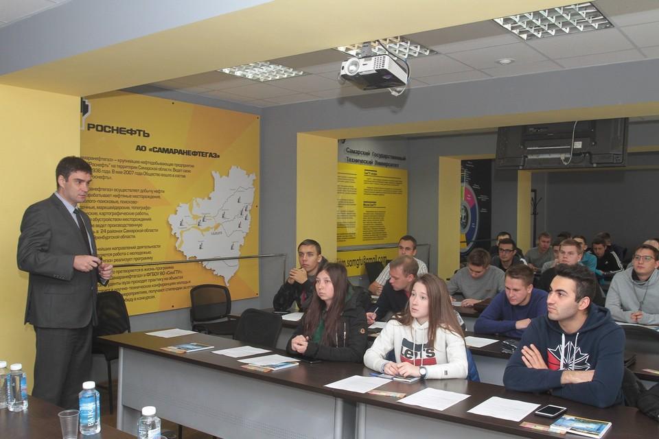 Лучшие студенты профильной кафедры нефтяников получают стипендии от будущих работодателей. Фото АО «СНГ»