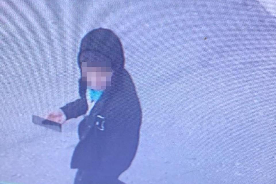 Мигрант засветился у школы. Фото: Кадр с камеры видеонаблюдения Марусинской СОШ