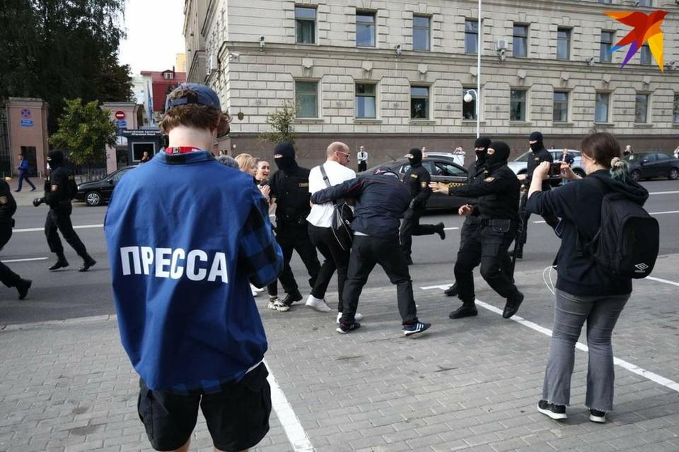 """Журналистов """"Комсомолки"""" и других СМИ уже на протяжении почти трех часов удерживают в РУВД"""