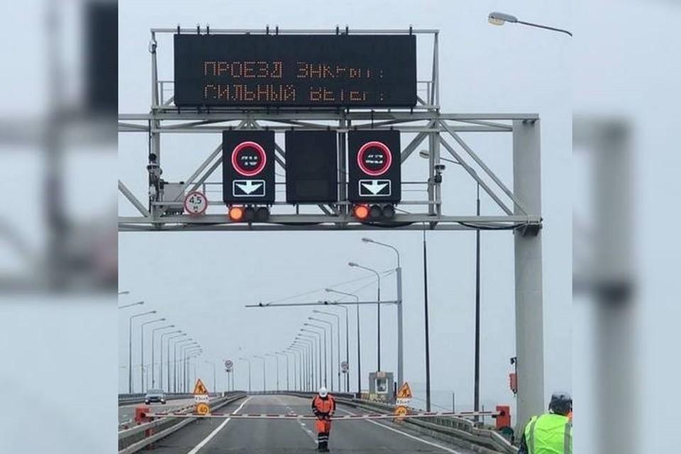 Движение по Русскому мосту закрыли из-за ураганного ветра