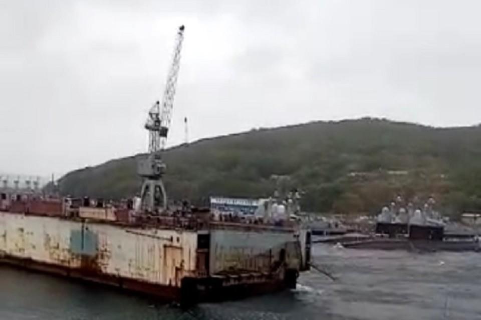 Плавучий док в бухте Улисс едва не унесло в море сильным ветром.