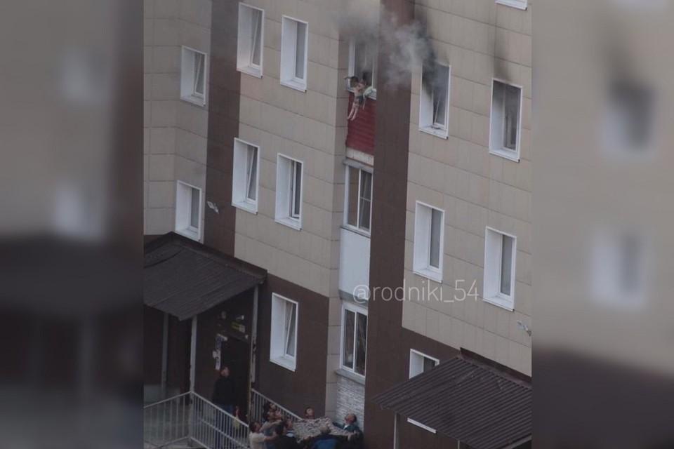 Взрослые бросали детей на простыни, которые соседи растянули внизу. Фото: rodniki_54