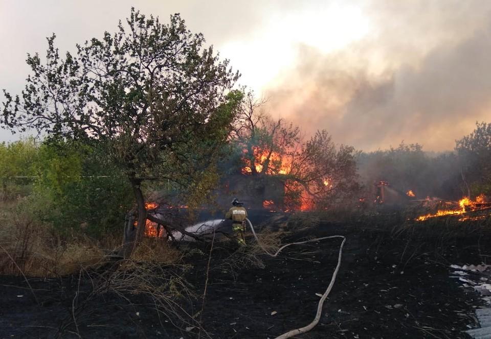 Огонь продолжает бушевать еще в двух районах Ростовской области. Фото: ГУ МЧС России по РО.