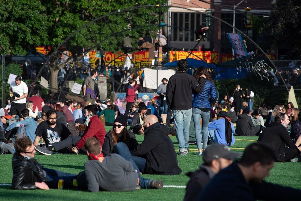Парк Кэла Андерсона в центре Сиэтла, находящийся неподалёку от Капитолийского холма и Восточного полицейского участка, стал местом незаконного собрания тысяч митингующих, которые создали так называемую Автономную зону, в которой нет полиции и чиновников.