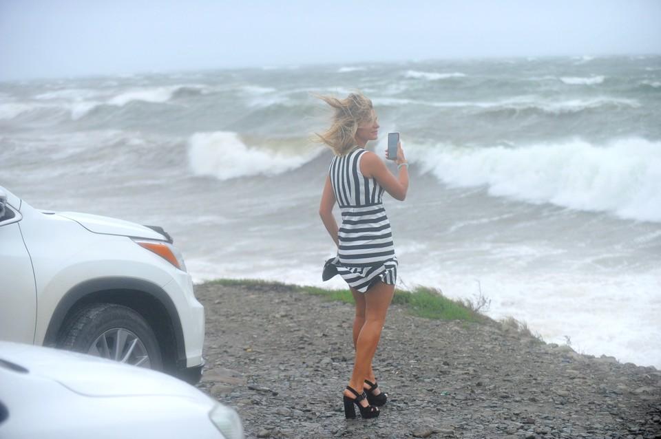 На Патрокле сегодня не было отбоя от желающих сфотографировать волны и побороться с ветром