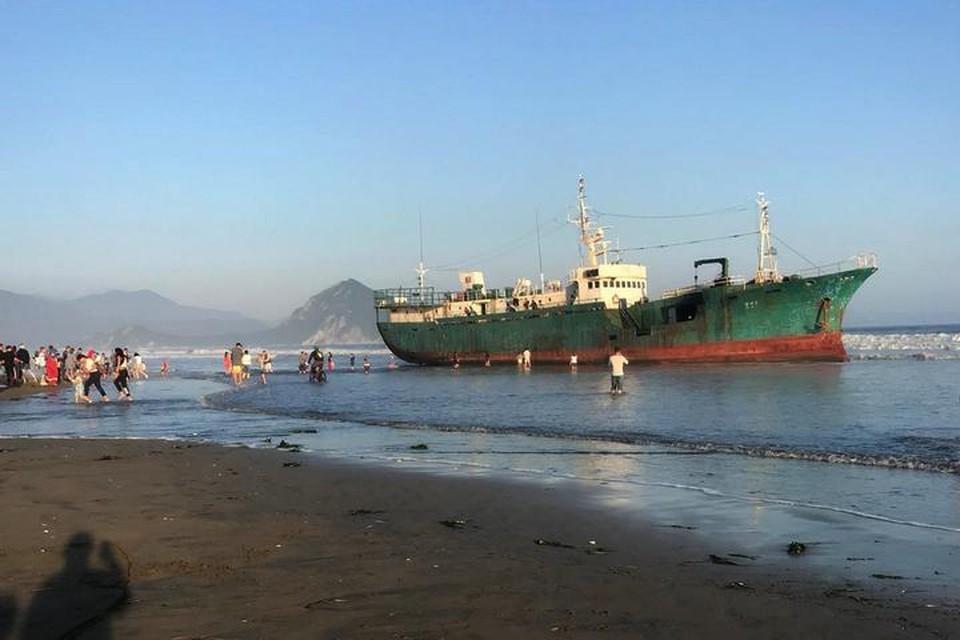 Жители Приморья охотно фотографируются на фоне корабля. Фото: Наталья Ларкина