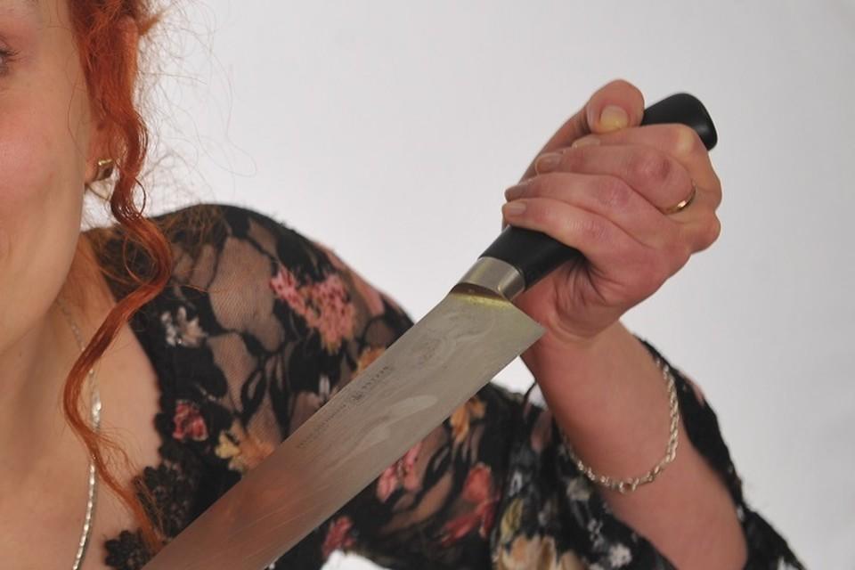 Женщина сразу повалила соперницу на пол и начала избивать.