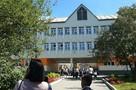 Полиция опрашивает учеников, которые пикетировали школу из-за тиранившего их одноклассника