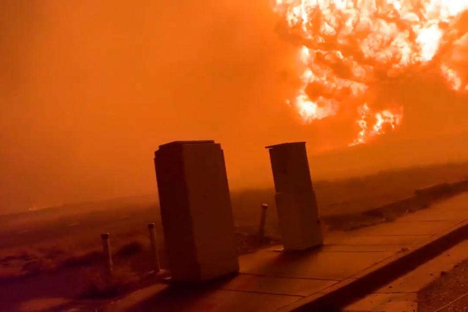 Очевидцы рассказывают о падающих с неба тлеющих углях и оседающем на домах и улицах пепле.