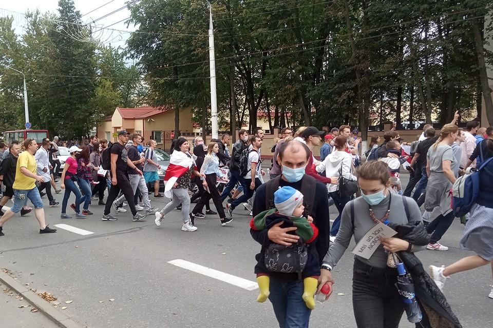 Некоторые люди приходят на акции протеста с детьми. Психолог не рекомендует этого делать.