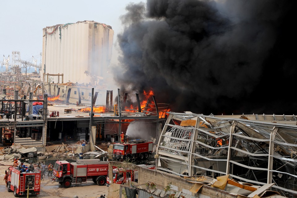 Президент Ливана не исключил версию поджога в порту Бейрута