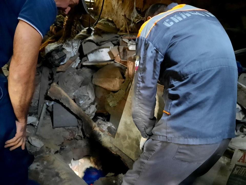 Спасатели вытащили пострадавшую из погреба в Балашове. Фото облспаса