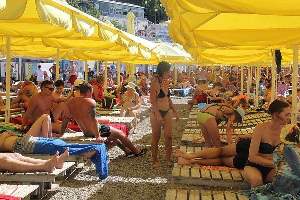 Пляжи Анапы были переполнены все лето, но туристов, по подсчетам, все равно мало