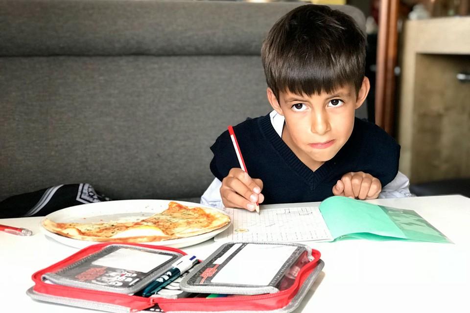 Рассказываем, что делать, если школьник стесняется есть в классе.