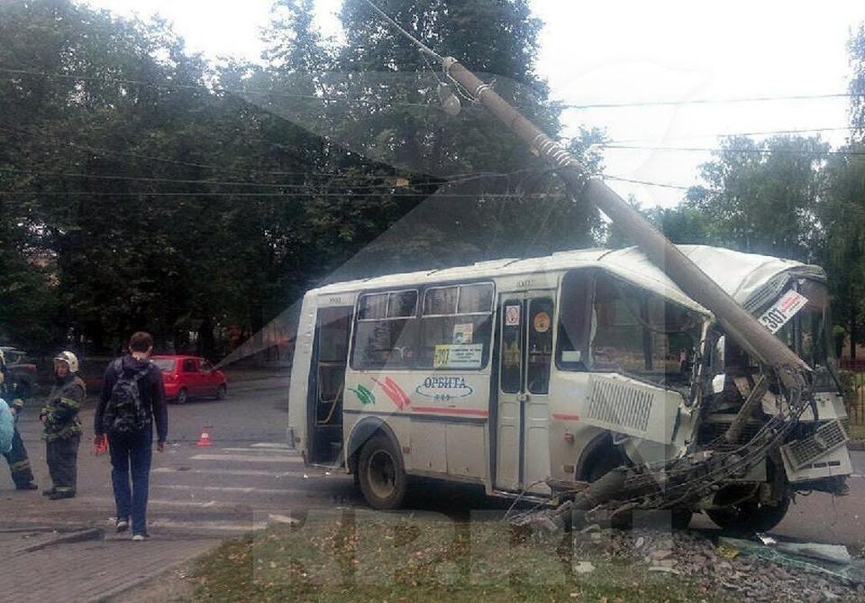 В Нижнем Новгороде пассажирский автобус влетел в столб: Четыре человека пострадали.