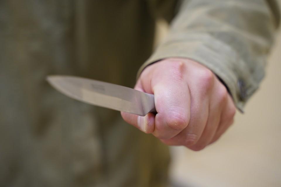 По данным полиции, пострадавшему нанесли несколько ранений колюще-режущим предметом. Архивный снимок.