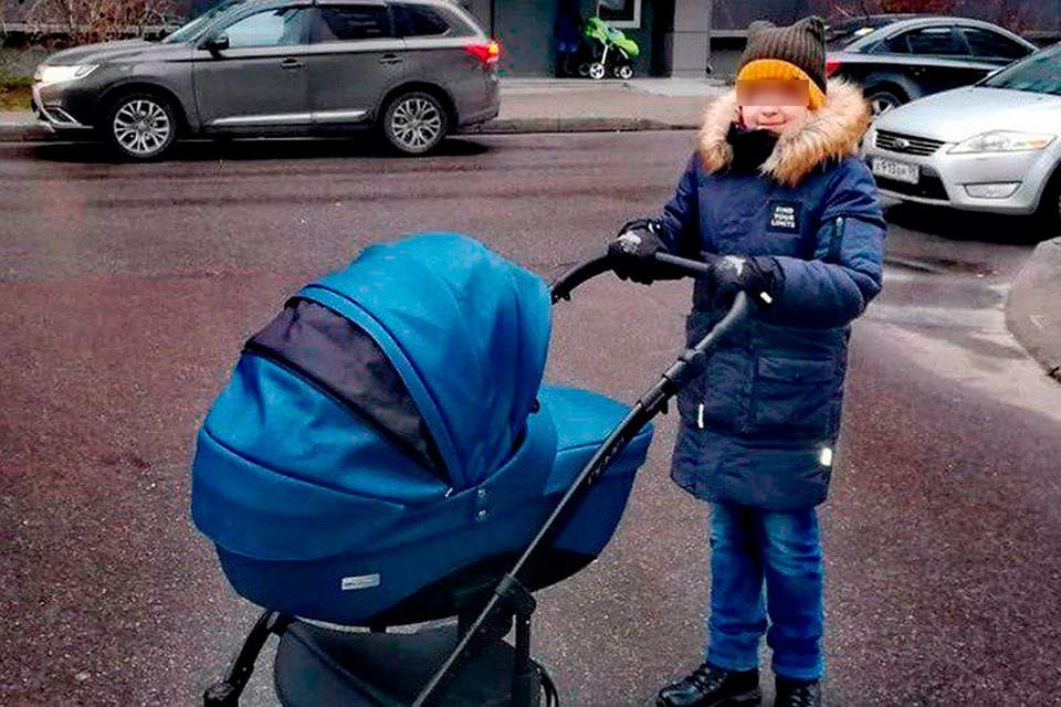 11-летний мальчик раздает листовки на улице Петербурга, чтобы спасти жизнь маленького брата / Фото: ВК Анна Безуглая