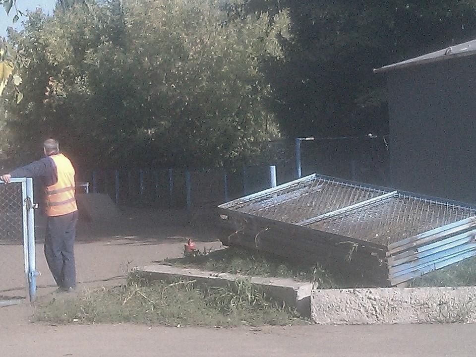 Рабочие разобрали популярную площадку для выгула собак в сквере Молодоженов.