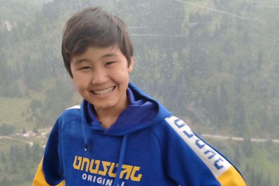 Впервые о 13-летнем Арулат Мухаметкали, юном мастере маникюра из Экибастуза, СМИ написали в начале этого года. Школьник растет в Казахстане, помимо него в семье еще трое детей.