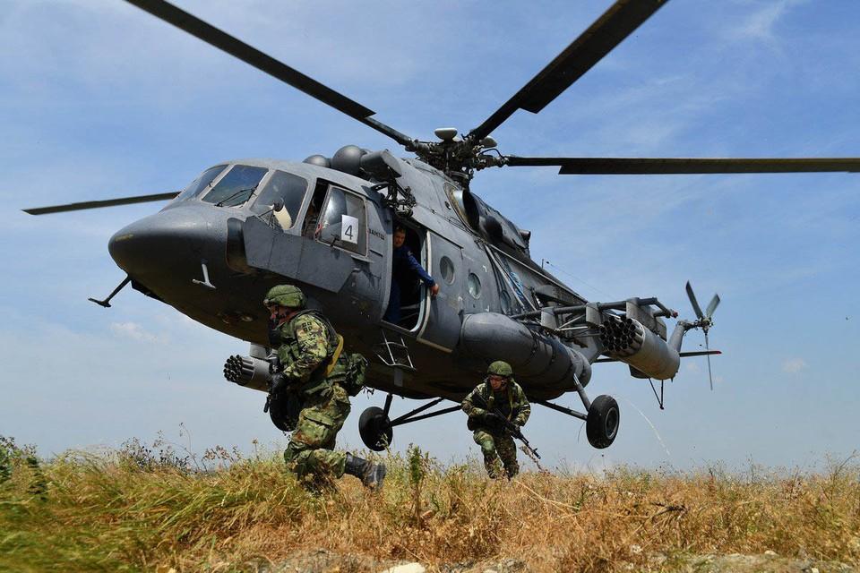 На белорусском полигоне «Брестский» рычат танки и БТР, бабахают пушки, тарахтят автоматы и пулеметы, а в небе стрекочут «вертушки» и с оглушительным ревом проносятся самолеты. Фото: mil.ru