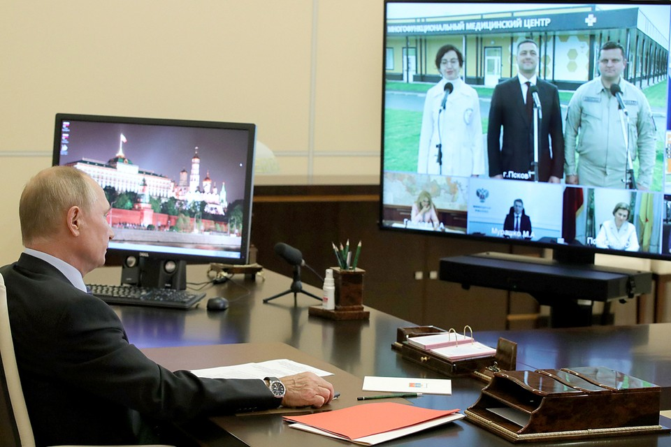 Владимир Путин в Ново-Огарево во время открытия в режиме видеоконференции медицинских центров Министерства обороны РФ. Фото Михаил Климентьев/ТАСС
