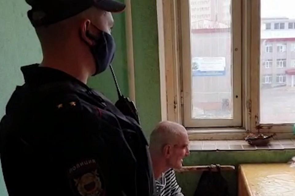 Дед отказывался пускать полицейских в свою квартиру. Фото: скриншот с видео