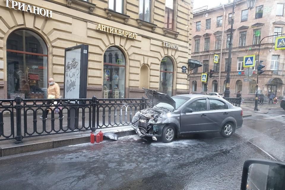 """После ДТП на Моховой улице загорелся """"Шевроле"""". Фото: vk.com/spb_today"""
