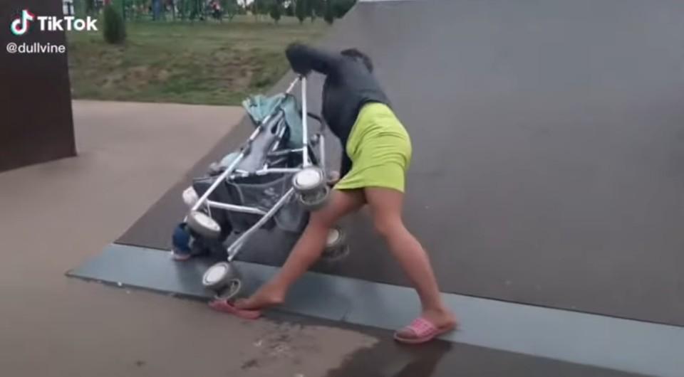 Горе-мать из Ефремова чуть не убила своего ребенка на скейт площадке