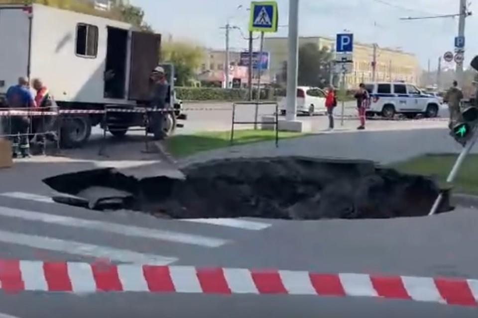 На месте провала образовалась огромная яма. Фото: скриншот с видео vk.com/video