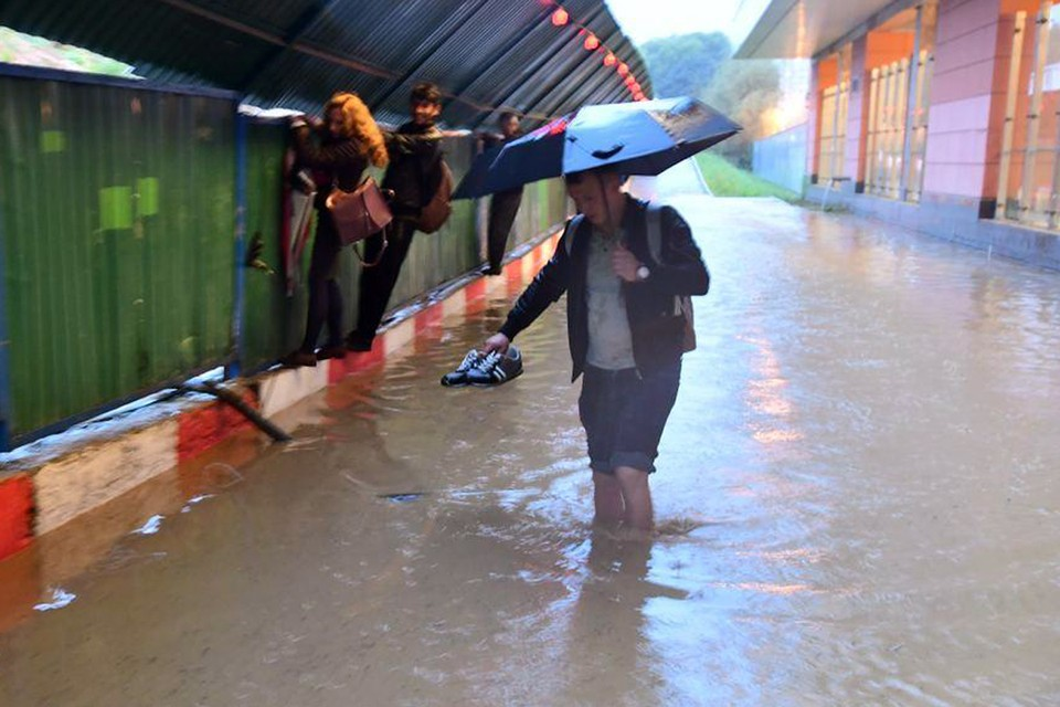 Потоп в переходе метро и летающий контейнер: самые впечатляющие видео ливня в Москве