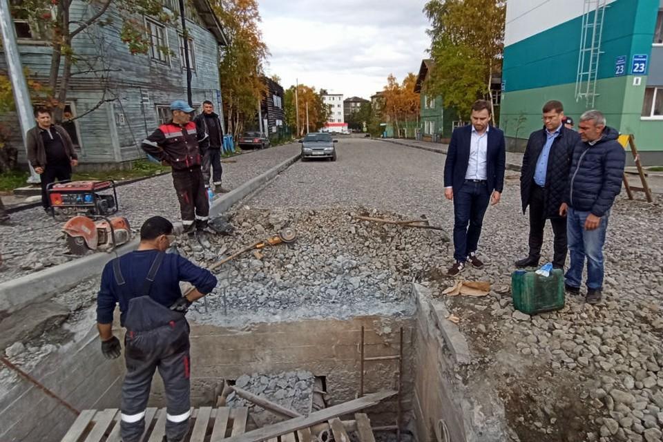 Вице-губернатор Юрий Сердечкин приехал на ремонт дорог в Мурманске без предупреждения. Фото: правительство Мурманской области