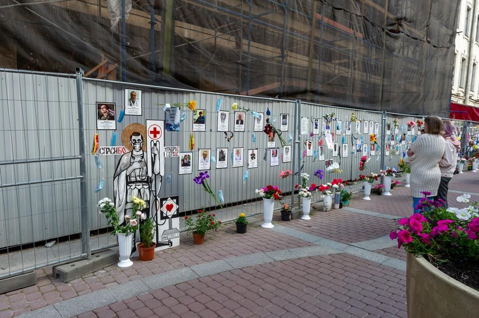 Мемориал погибшим врачам остается самым скорбным напоминанием, что опасность близко.