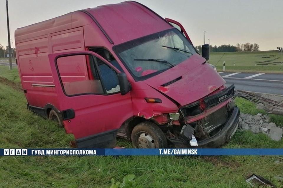 В Минске на МКАД водитель не справился с управлением, автомобиль опрокинулся и врезался в столб. Фото: УГАИ ГУВД Мингорисполкома