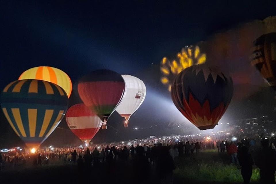 Ночное свечение воздушных шаров собрало тысячи людей у подножия Ак-Кая