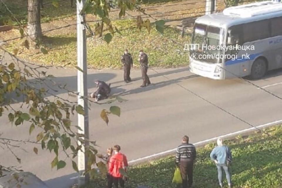В Новокузнецке вахтовый автобус насмерть сбил пешехода. Фото: ДТП Новокузнецка / vk.com