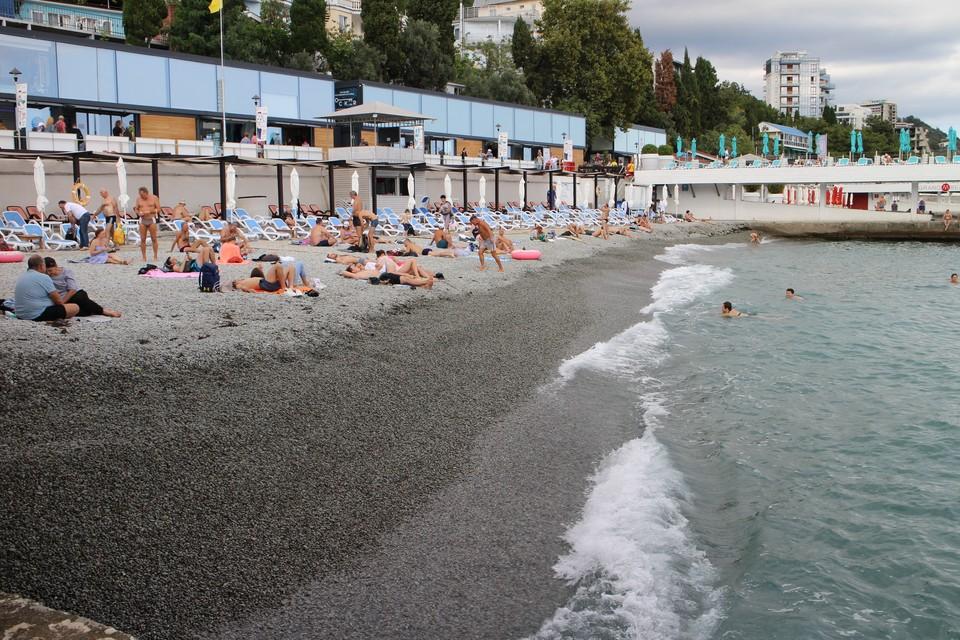 Температура воды в Черном море у берегов Ялты + 24°.