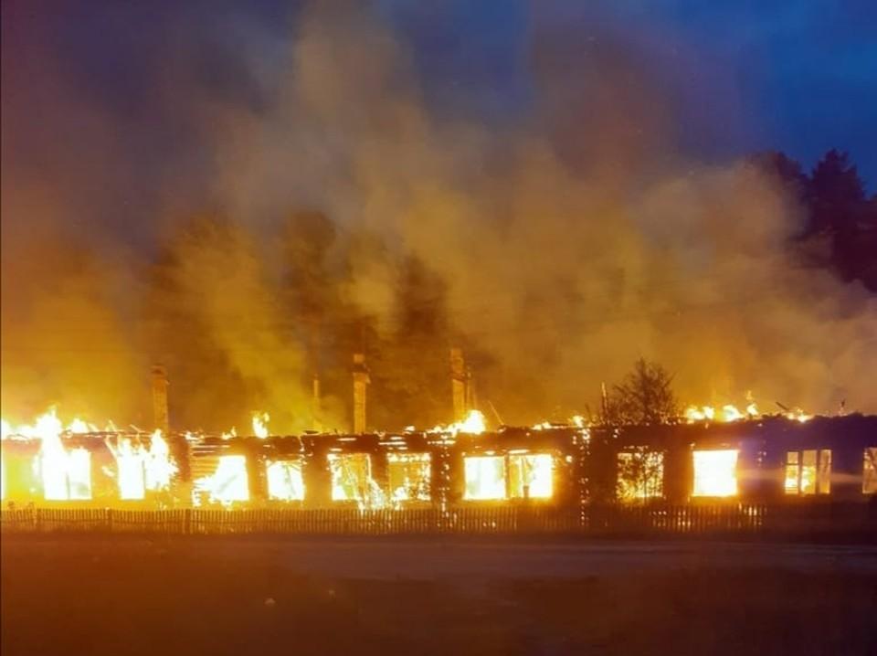 Деревянное здание школы сгорело дотла.