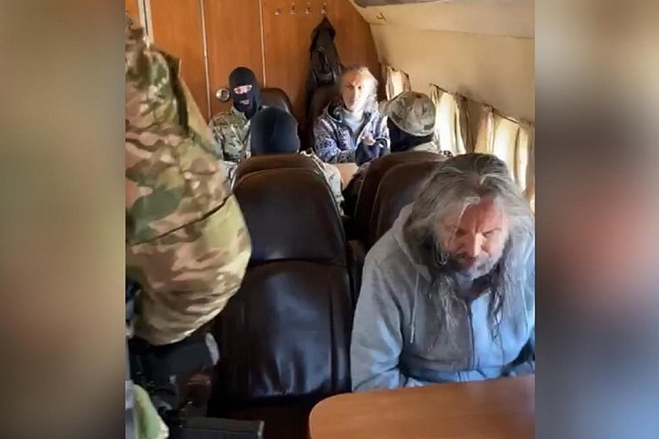 Задержанных руководителей общины Виссариона доставили в Новосибирск.