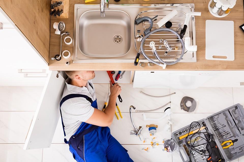 Закончив ремонтные работы, сантехник быстро собрал свои инструменты, получил расчет и поспешил ретироваться из квартиры