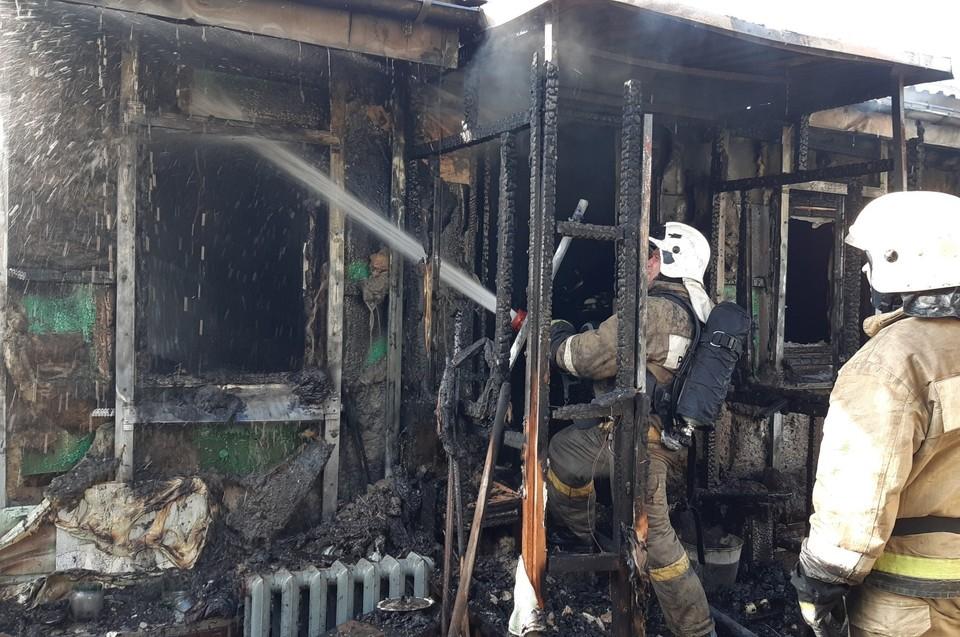 Огонь практически полностью уничтожил жилой дом площадью сорок квадратов