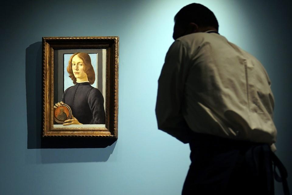 «Молодой человек с медальоном» – один из немногих портретов, принадлежащих частным лицам