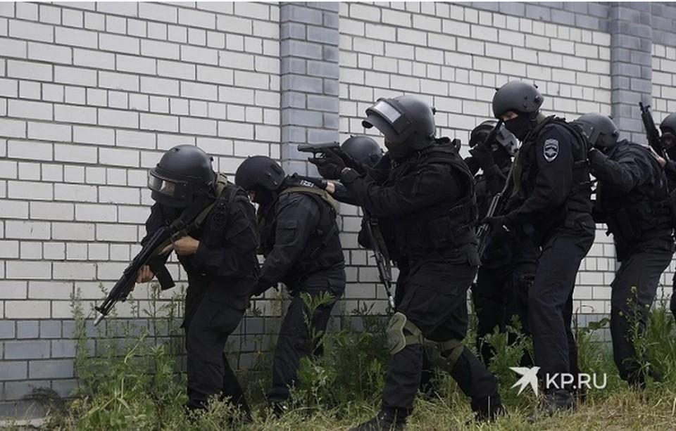 На место происшествия приехали наряды полиции и Росгвардия.