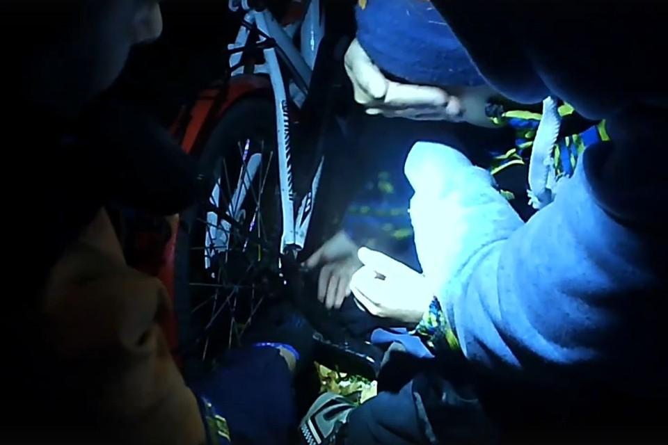 Спасатели перекусили цепь болторезом. Фото: «Спасатели МАСС(16+)».
