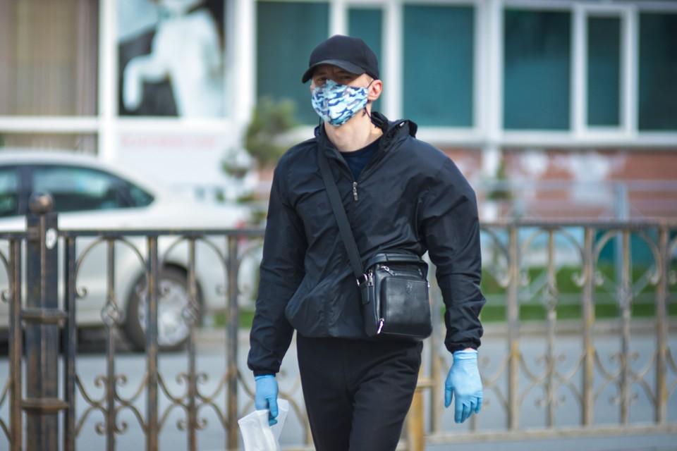 В Новосибирске продолжает действовать масочный режим до конца октября.