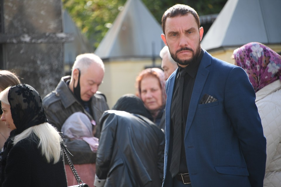 Жених Софии, кажется, знает больше других. На похороны он пришел один и держался в стороне от Владимира Конкина.