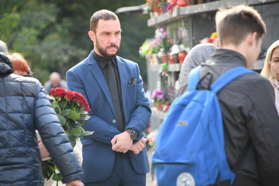Михаила, с которым София познакомилась всего три месяца назад, подозревает и сам Владимир Конкин. На похоронах сожитель Софии ни разу не подошёл к актеру.